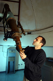Jeff Bary inspecting the historic 6-inch telescope used by Edward Barnard in the 1880s (Photo by Daniel Dubois)